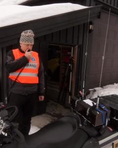La2vna Bjørn sjekker sambands-  utstyret på Røde Korst scooterenpå  Kikut