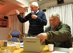 La0bc, en engasjert QSL-manager og foredragsholder.  T.h.: La9zi Reidar som ser på gamle QSL-kort adressert til La2g's gruppestasjon. (Foto: La7hha)