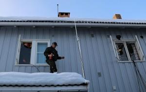 Folket var tidlig på plette. her monteres antenne ved Hurdal Rådhus