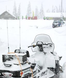 Røde Kors scooteren som var stasjonert ved Løvlia måtte flere ganger kostes ren for snø i løpet av dagen. Bak på scooteren sees kassen som inneholder X-bandrepeateren for scootersambandet i sambandskjeden